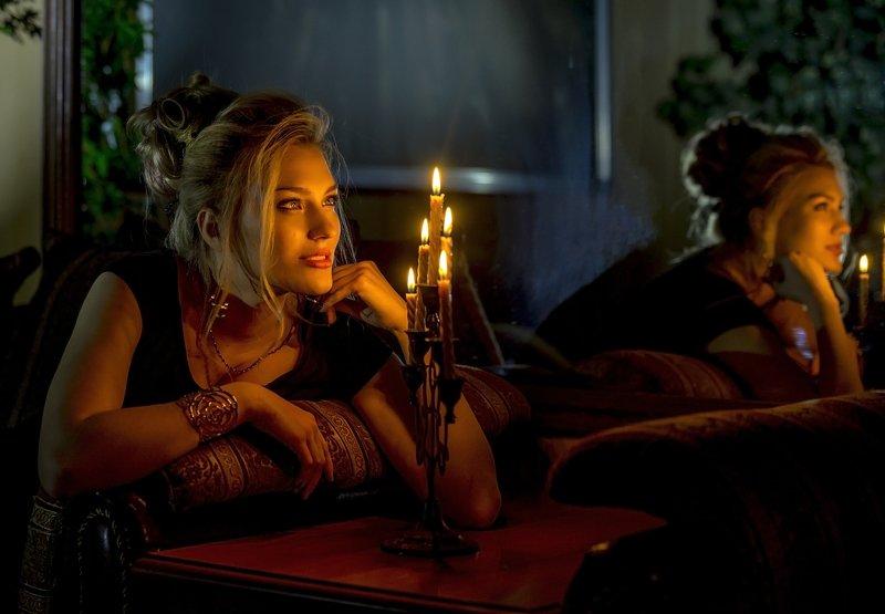 девушка, красивая, причёска, блондинка, зеркало, отражение Замечталась....photo preview