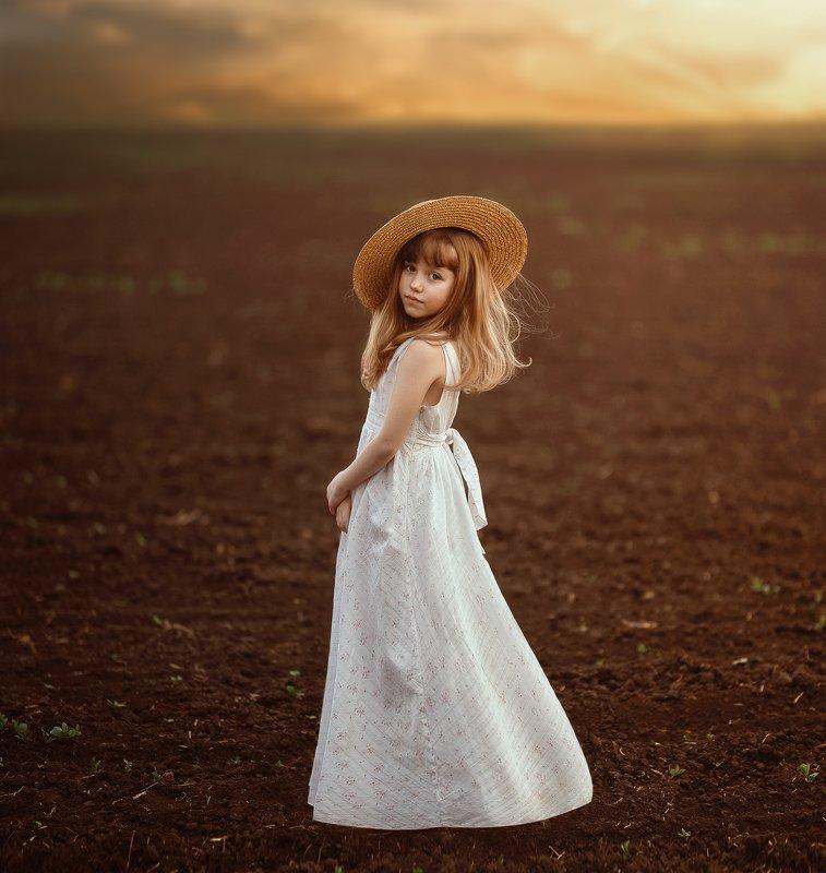 девочка поле шляпка платье закат соломенная шляпа весна в вечерних полях.photo preview