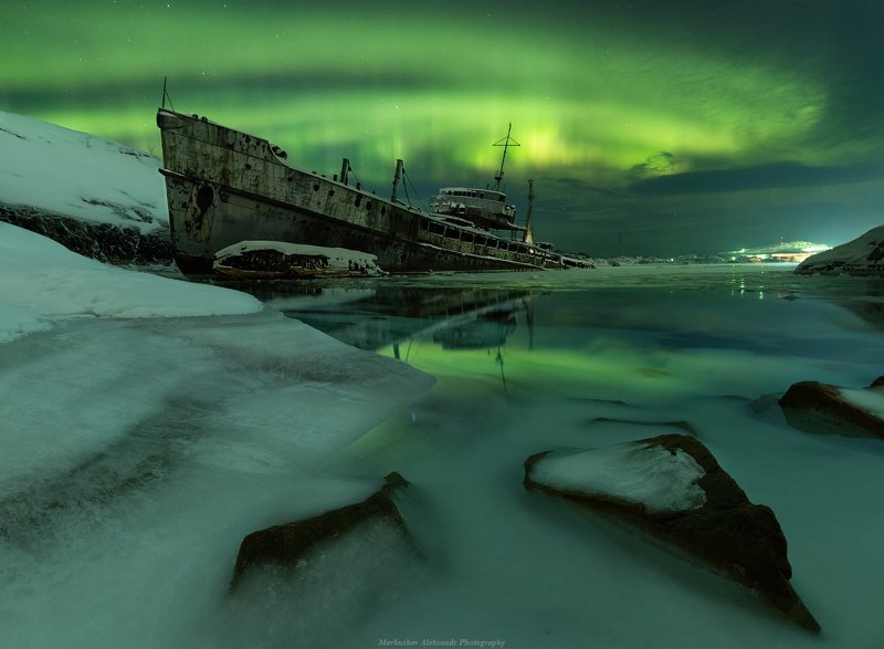 северное сияние, аврора, полярное сияние, заполярье, мурманск, ночь, звезды, кораблекрушение, астрофото Брошенное судно в ночиphoto preview