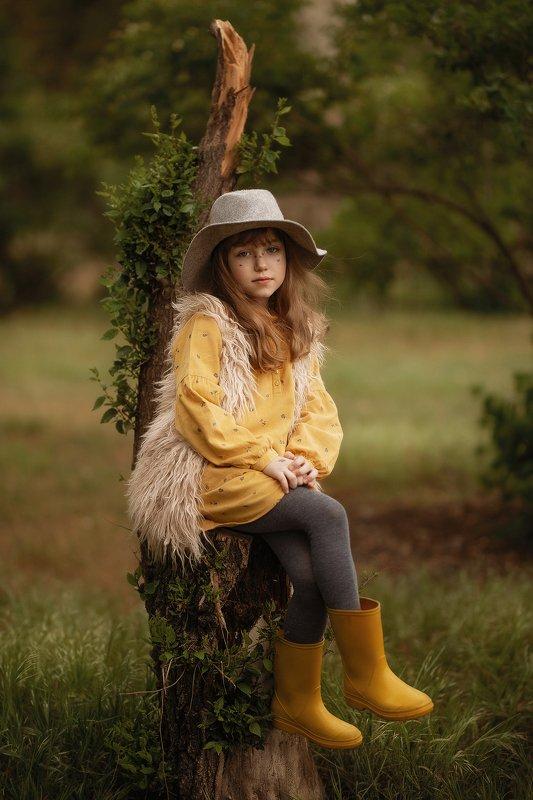 девочка ребенок  детство лес парк пень шляпа зелень весна пасмурно На лесном троне.photo preview