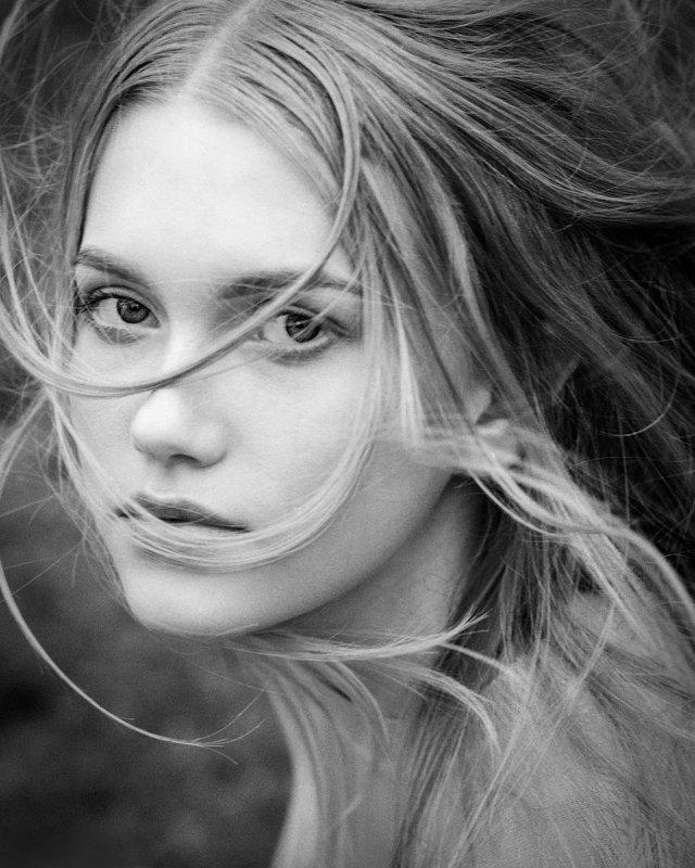 девушка, взгляд, ветер, динамика, чб Анастасияphoto preview