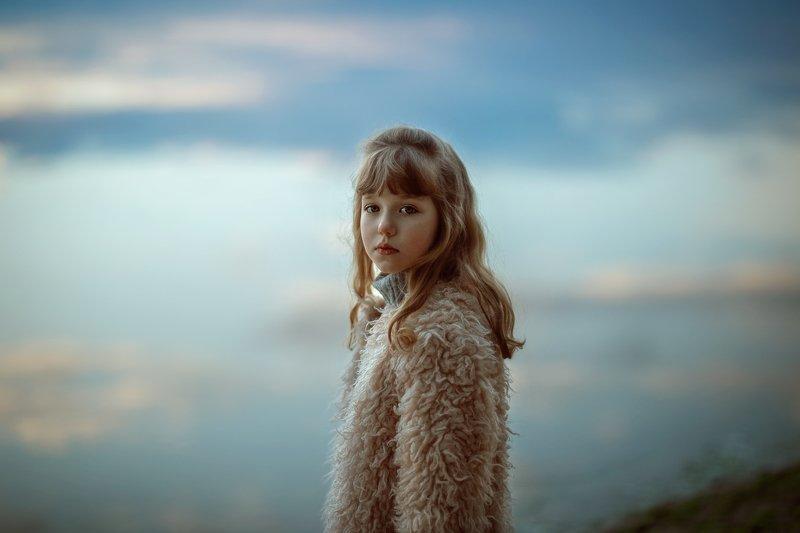 девочка детство прогулка река отражение небо шуба взгляд одиночество настороженность девочка на фоне неба,отраженного в реке.photo preview