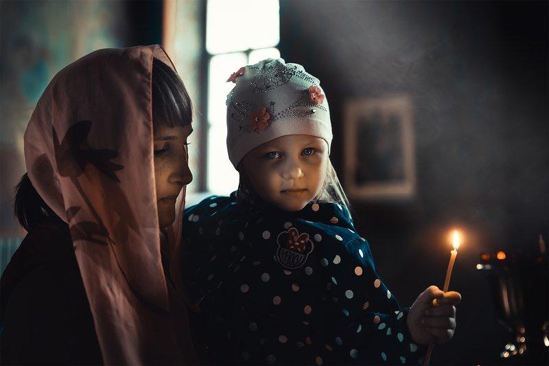 храм; свеча; дети; семья православие; портрет В храмеphoto preview