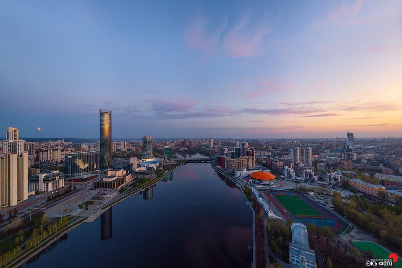 Над Екатеринбургом лунаphoto preview