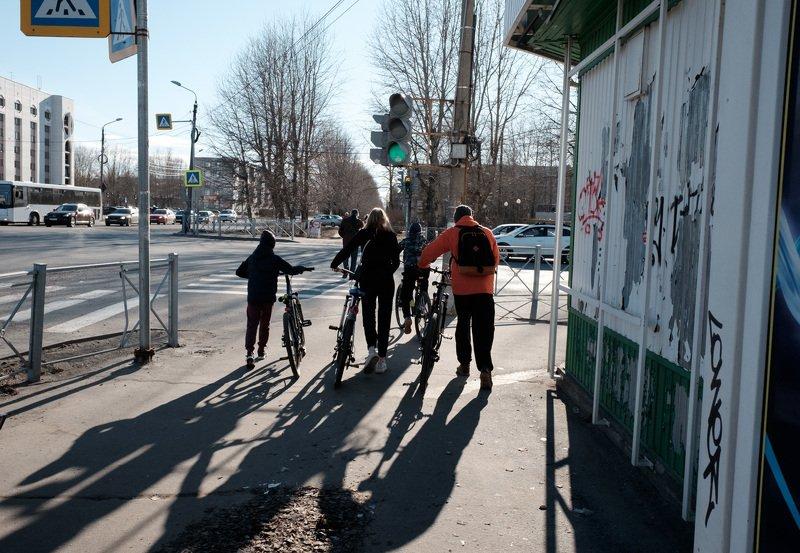 уличная фотография, streetphotography, северодвинск, весна, Велосипедисты на улице Трудаphoto preview