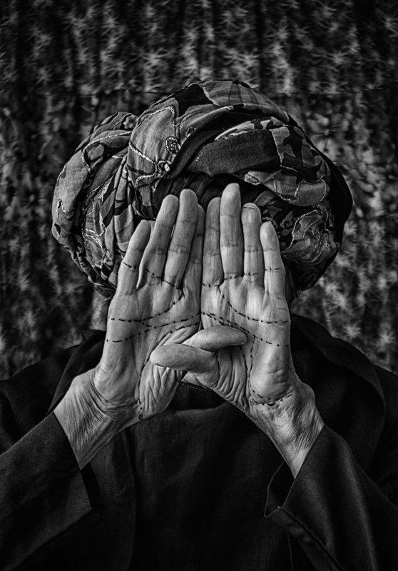 woman, life, hands, old age, conceptual, black and white, женщина, жизнь, руки, старость, концептуально, черно-белое Bordersphoto preview
