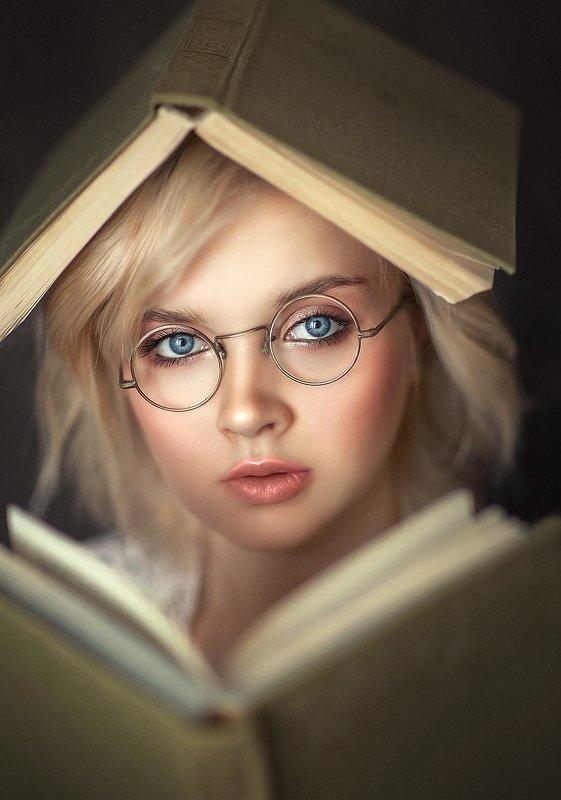 книги, портрет, женский портрет, большие глаза, голубые глаза Книгиphoto preview
