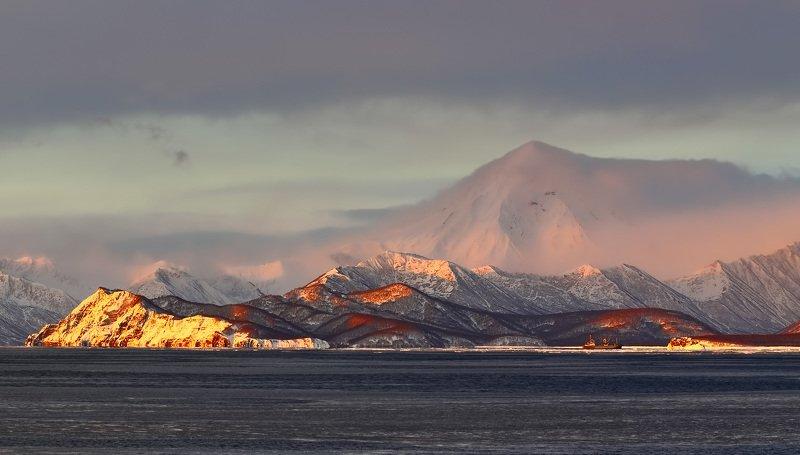 берег, вечер, горы, зима, камчатка, судно, вулкан вилючинский берег розового вулканаphoto preview