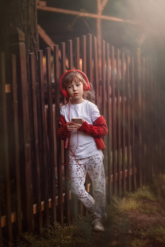 девочка наушники музыка детство меломан слушательница улица прогулка меломанкаphoto preview