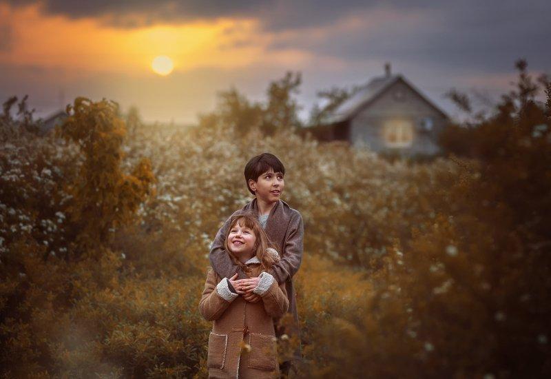 дети кузены  деревня весна закат радость веселье домик цветущие кусты отдых брато-сестриноское.photo preview