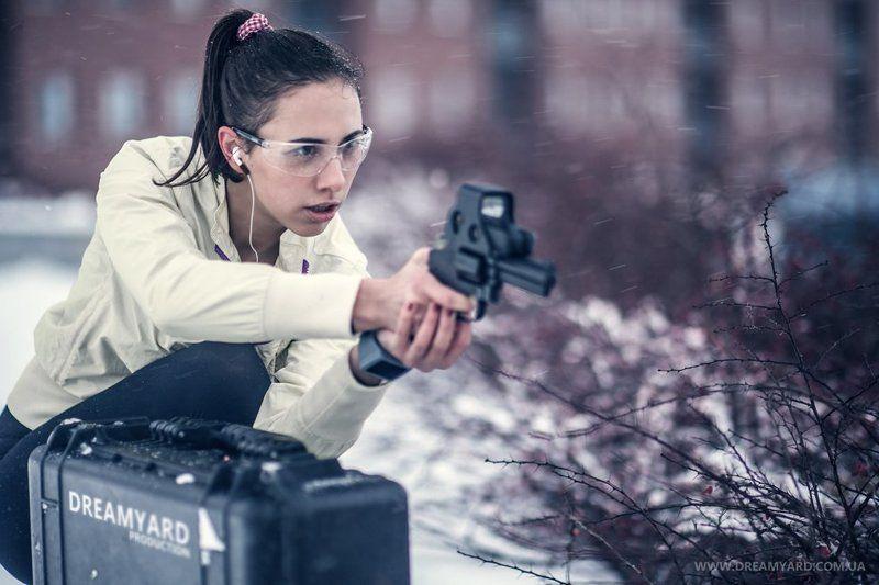 портрет, девушка, оружие, пистолет, револьвер, кейс, прицел, агент, супергерой DREAMYARDphoto preview