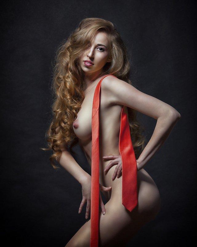 Красный галстукphoto preview