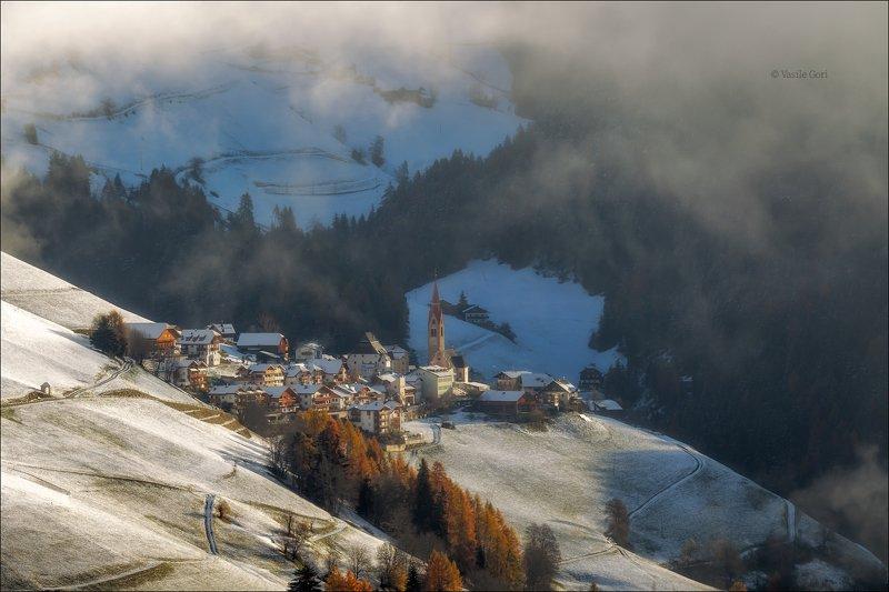 доломитовые альпы,pieve-di-marebbe,деревня,val-pusteria,осень,италия,туман,alps ПРОБУЖДЕНИЕphoto preview