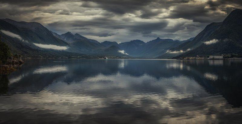 фьорд, горы непогодаphoto preview