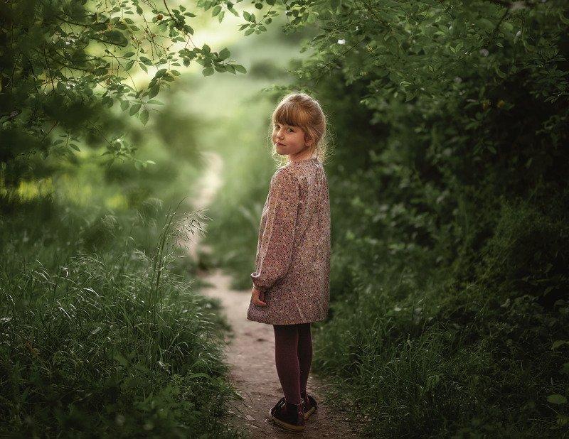 девочка, детство, лес, парк, тропинка, улыбка, одиночество, свет на тропинке.photo preview