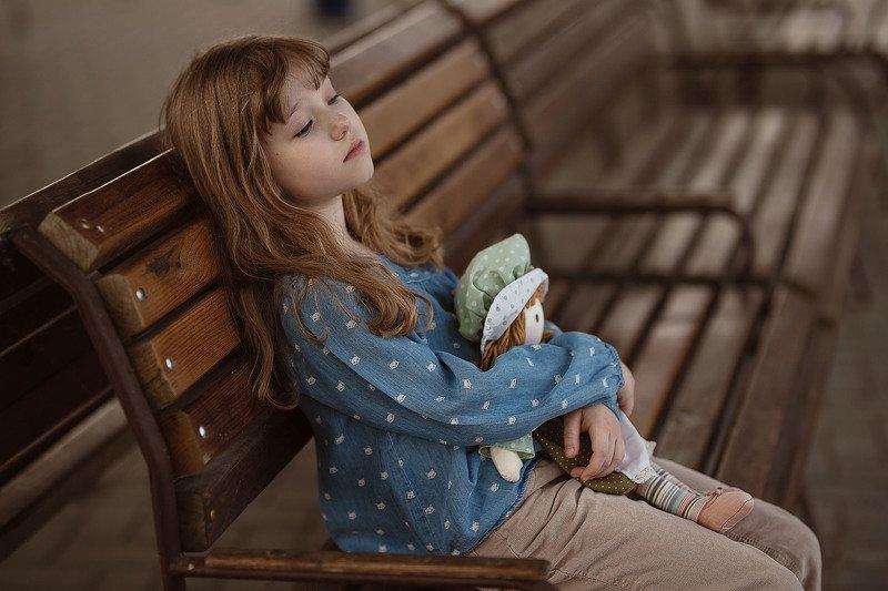 девочка кукла тряпичная лавочка зал задумчивость деревянная лавочка вокзал зал ожиданияphoto preview