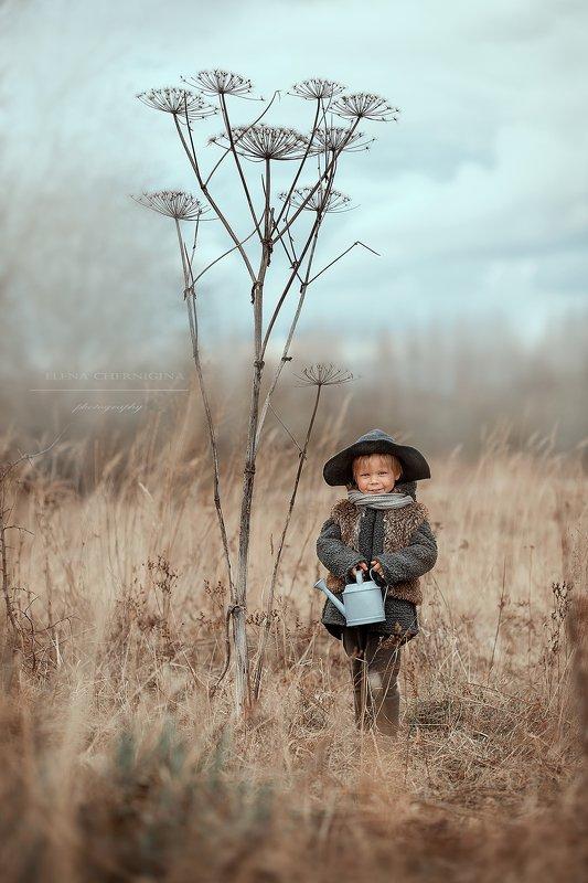 мальчик, дневной свет, дети, художественная фотография, фотосессия на природе, борщевик, улица, природа Маленький садовникphoto preview