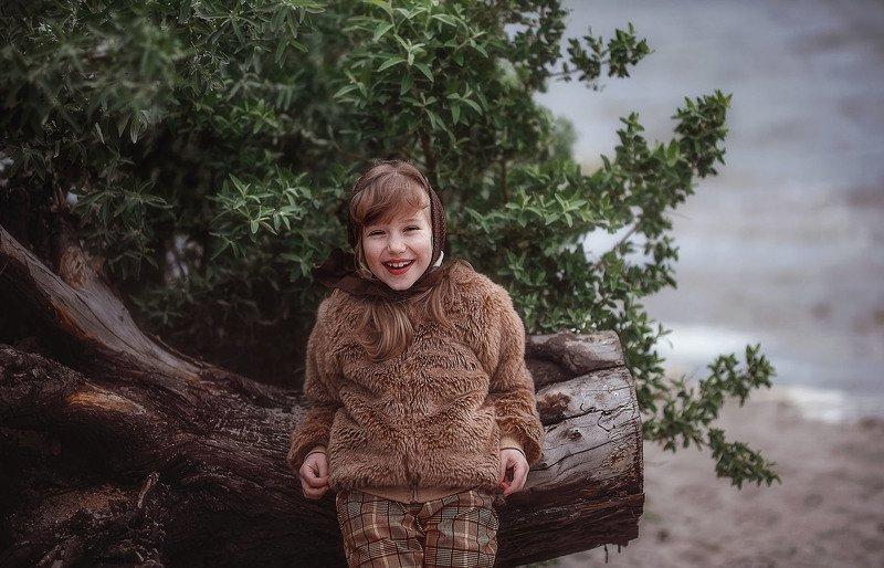 девочка ребенок детство река дерево радость улыбка корень дерева вода ветер после штормаphoto preview