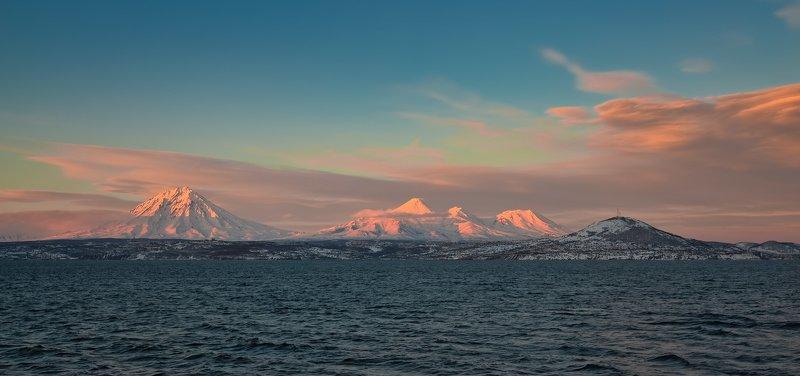 вечер, вулканы, город, рейд, сопка, зимняя камчатка, берингово море три вулкана и сопкаphoto preview