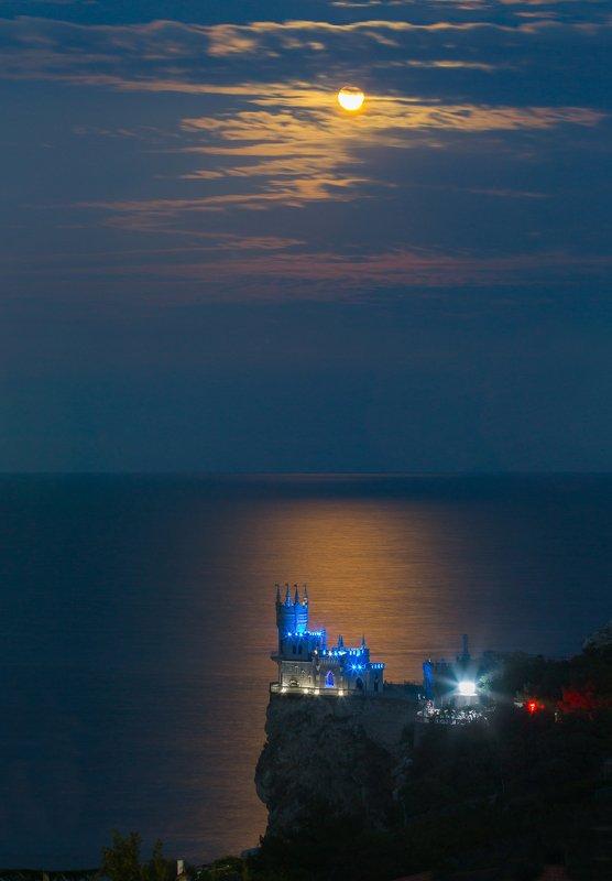 крым, ялта, ласточкино гнездо, море, пляж, волна, пейзажи крыма, замок ласточкино гнездо, ночь, луна Замок Ласточкино гнездоphoto preview
