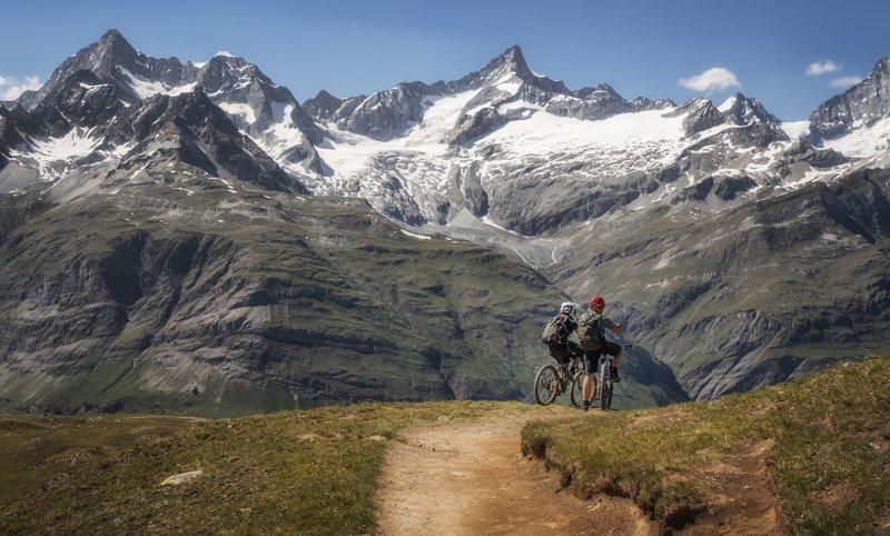 горы, велосипедисты горными дорогамиphoto preview
