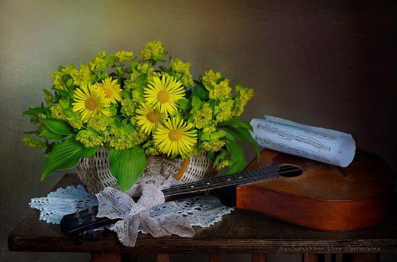 натюрморт,цветы,венсна,вера павлухина,музыкальный инструмент, Натюрморт с весенними цветамиphoto preview