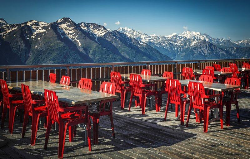 горы, кафе, стулья ждутphoto preview