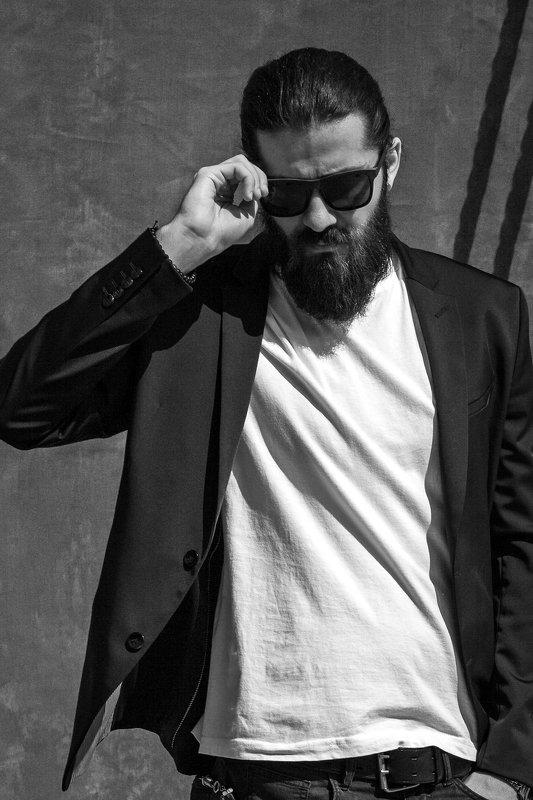 мужской портрет Модель в очкахphoto preview