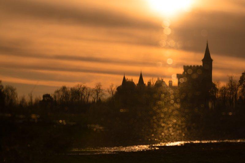 башни, замок, закат, оранжевый, солнечно, лужа, вода, отражение, блики, волшебство, сказка Замок из сказкиphoto preview