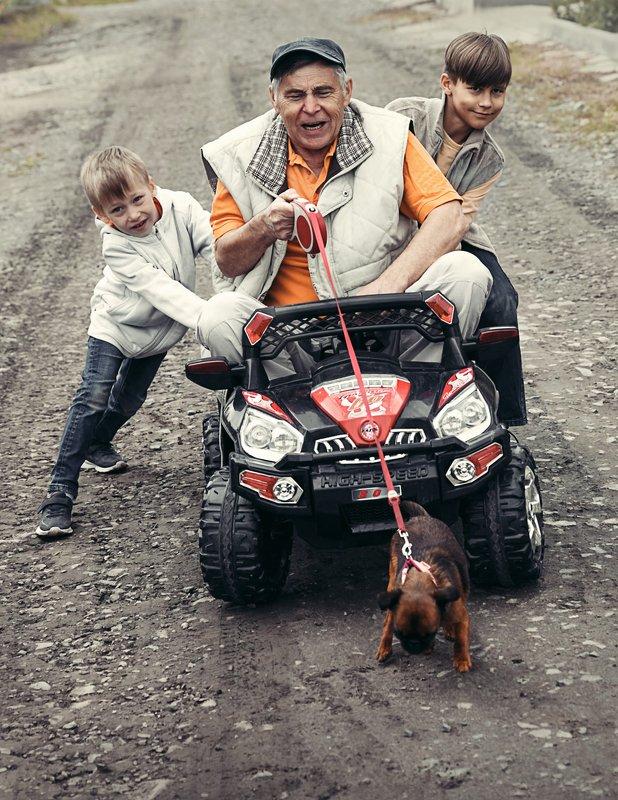 веселый дед, веселые выходные, веселая семейка, едем, покатушки Когда старость в радостьphoto preview