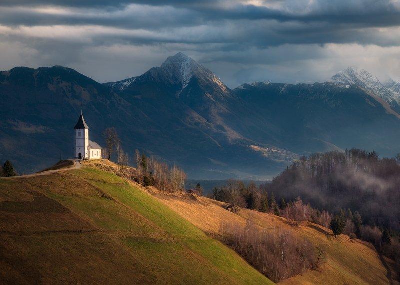 Словения, горы, веса, церковь, холмы Утро в Ямникеphoto preview