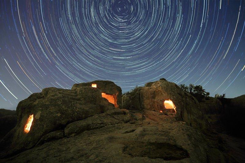 ночь звезды эски-кермен ночной пейзаж астрофотография звездные треки крым пещерный город Звездная ночь Эски-Кермена фото превью