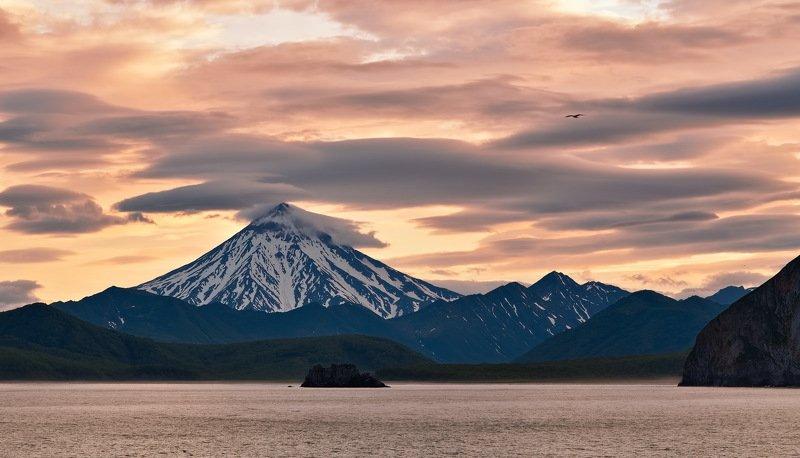 вечер, камчатка, вулкан вилючинский, берег, горы, рейд вечер в кремовых тонахphoto preview