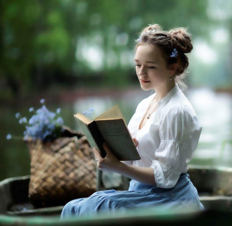 девушка, красотка, незабудка,лето,цветы,лодка,книга, сюжет, girl, beautiful, flower, summer, nature, story Незабудка... фото превью