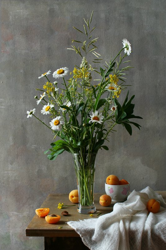 натюрморт, цветы, букет, ромашки, травки, абрикосы, лето Летнийphoto preview