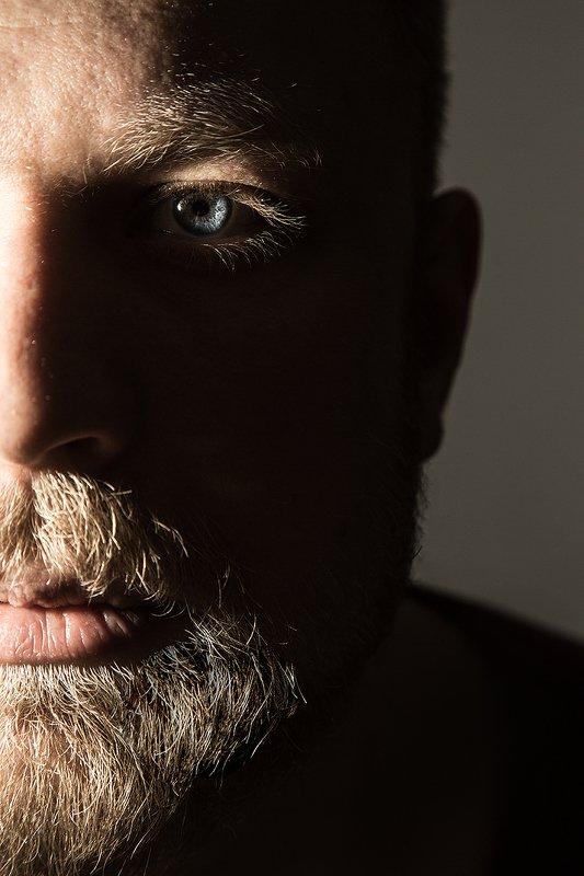пол-лица, глаз, мужской портрет, ресницы, свет, усы, борода Александрphoto preview