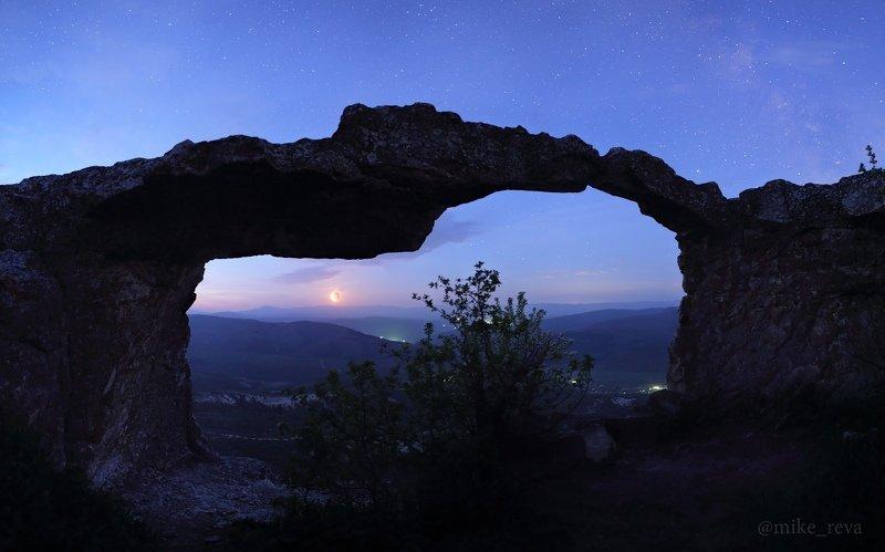 ночь крым ночной пейзаж астрофотография звезды созвездия млечный путь пещерный город тепе-кермен В гроте Поцелуйчикphoto preview