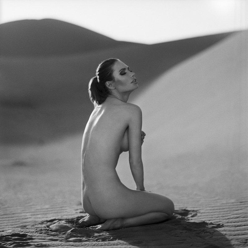 akt, nude, analog, hasselblad, women, morocco, sahara, desert, fineart, bw, 6x6, topless, Karolinaphoto preview