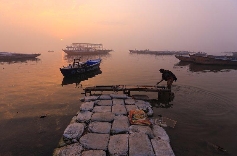 варанаси, индия, ганг, река Утро в Варанаси фото превью