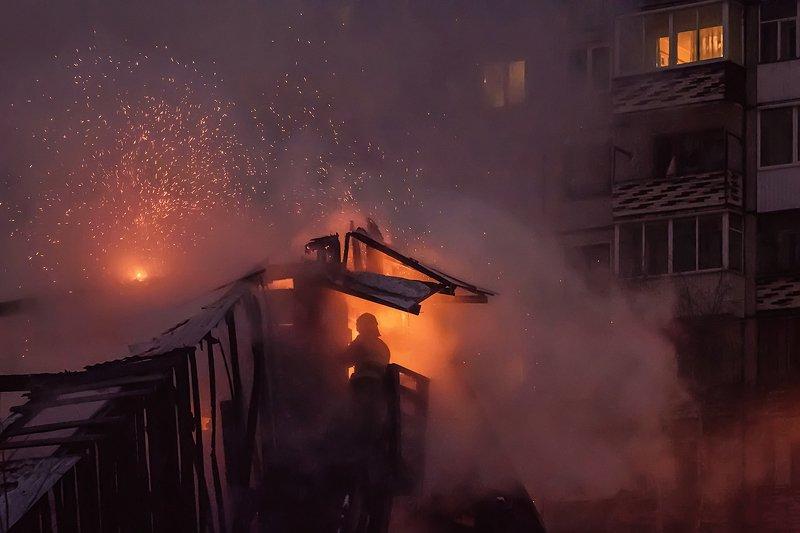 город, ночь, пожар, искры, дым Пожар в ночи фото превью