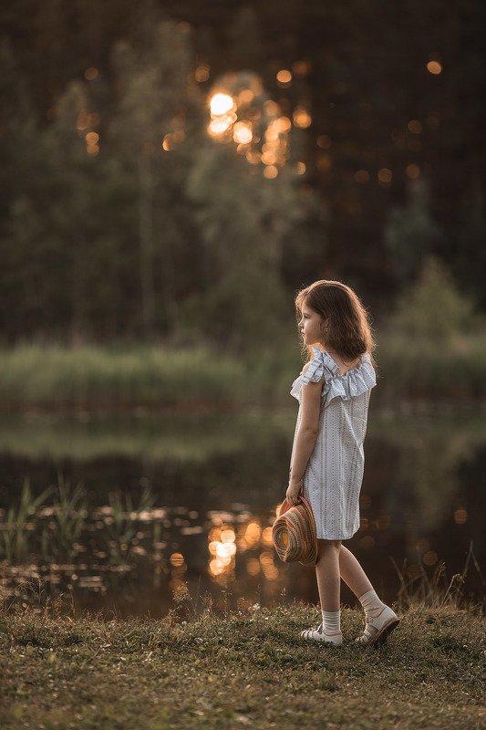 девочка, фотосессия, лето, прогулка, репортаж, little girl, summer, portrait, портрет, закат, sunset, пруд, pond, вода, water, счастье, happy Василиса фото превью