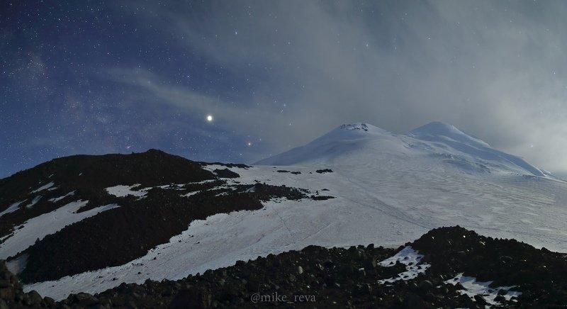 ночь эльбрус ночной пейзаж астрофотография звезды созвездия В северном штурмовом лагере Эльбрусаphoto preview