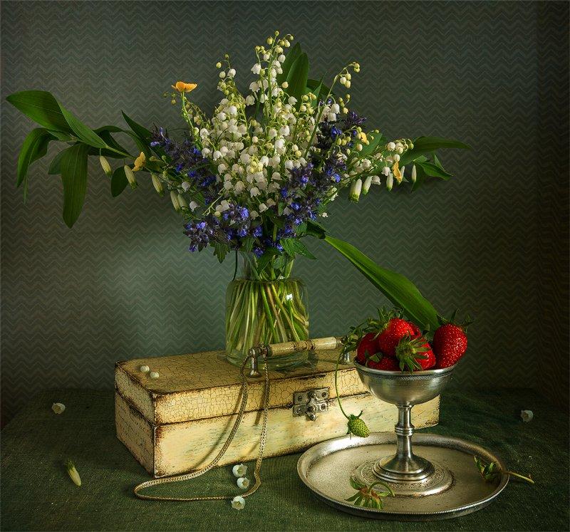 still life, натюрморт,    винтаж,    цветы,  букет, клубника, ягоды, еда, витамины, шкатулка, натюрморт с полевыми цветами и клубникойphoto preview