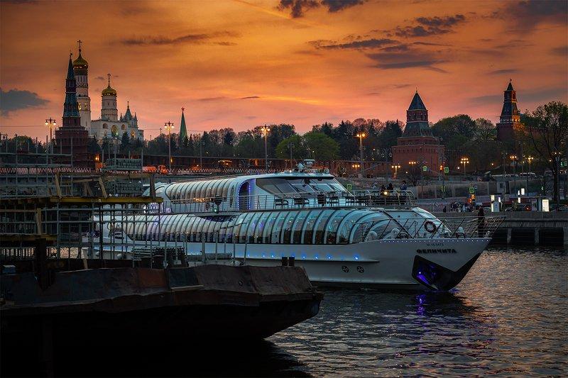 москва; река; катер; прогулка; кремль; закат; небо;  Вечерняя прогулкаphoto preview