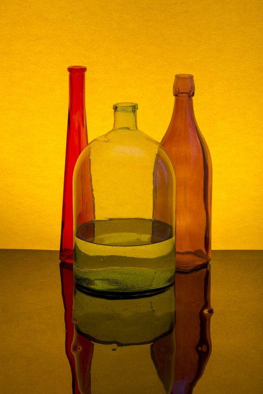 Натюрморт с цветными бутылкамиphoto preview