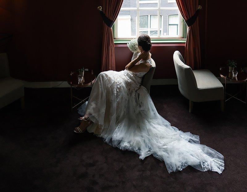 Невеста у окна. Ожидание.photo preview