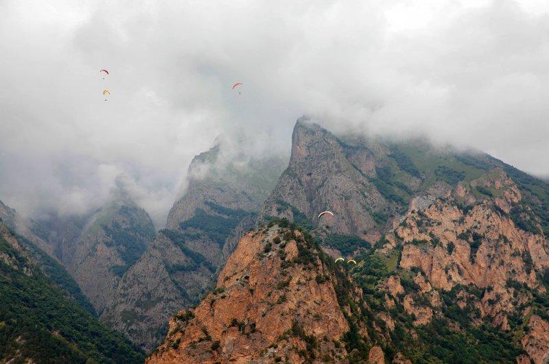 парапланеристы, чегем,природа,горы,ущелье,кабардино балкария,кавказ,северный кавказ Парапланеристы в горах.. фото превью
