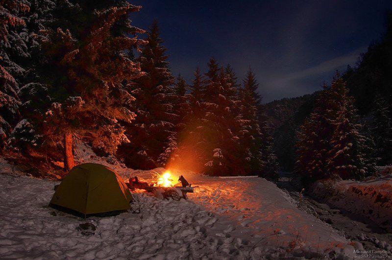 Ночевка в снежном лесуphoto preview