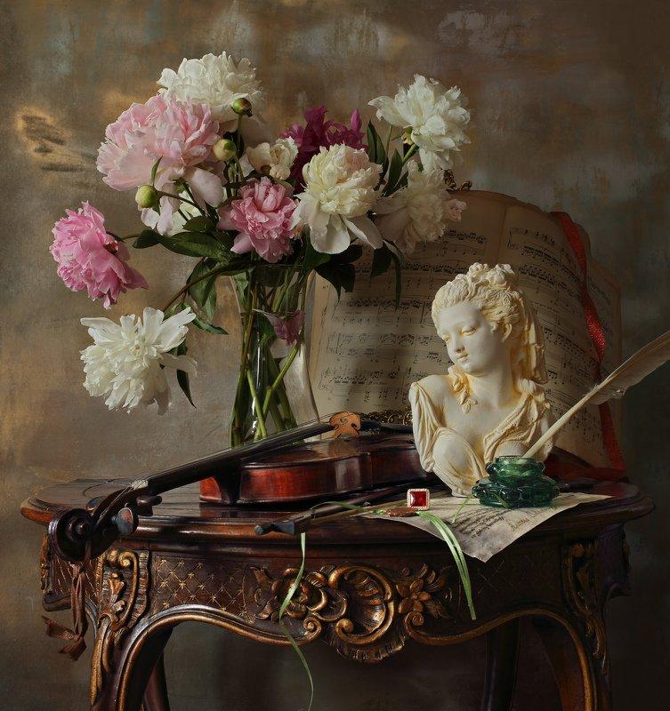 скрипка, музыка, цветы, пионы, девушка, скульптура, натюрморт Натюрморт со скрипкой, цветами и бюстом девушкиphoto preview