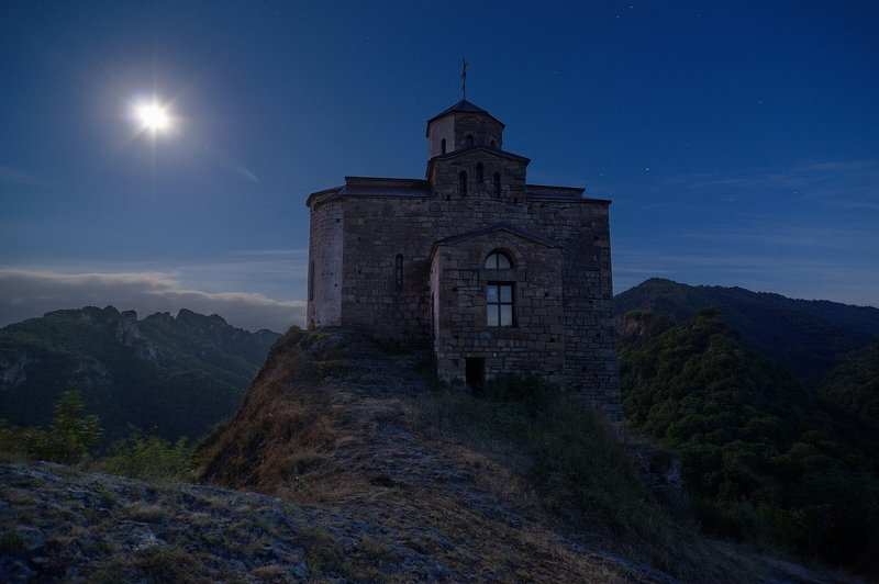 дорога, горы, ночь, звёзды, зима, небо, звёздные треки, длинная выдержка, храм, монастырь ШОАНА НОЧЬЮphoto preview